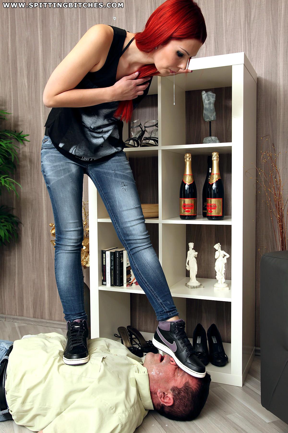 Девушка в кроссовках пинает раба
